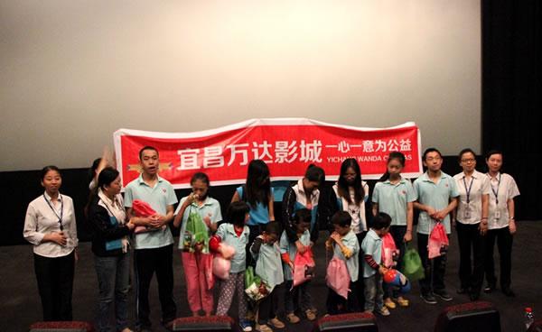 日上午,宜昌万达影城邀请宜昌博爱特校学生和家长共-万达影城献爱